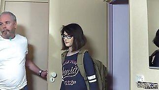 Владелец мотеля трахает молодую киску подростка, снимающего номер