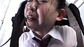 طالبات المدارس الآسيوية غريب الحصول على تدريب على عجلة المياه