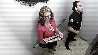 مفلس مكتب فتاة مص حارس أمن في المصعد